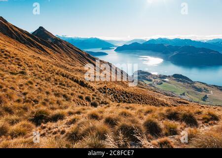 Un lac encore bleu Wanaka un matin d'hiver dans l'île du Sud de la Nouvelle-Zélande
