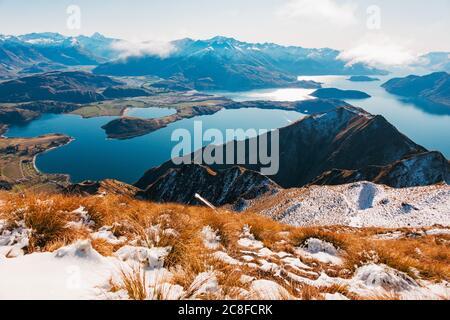 Une vue imprenable sur un lac Wanaka parfaitement immobile depuis le Roys Peak Track, en Nouvelle-Zélande