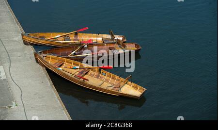 Des bateaux à rames en bois amarrés sur la rivière portent dans la ville cathédrale de Durham, comté de Durham, Angleterre. Banque D'Images