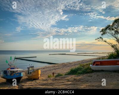 Sur la plage de Jaroslawiec en Pologne, des bateaux de pêche se trouvent sur la plage de la mer Baltique