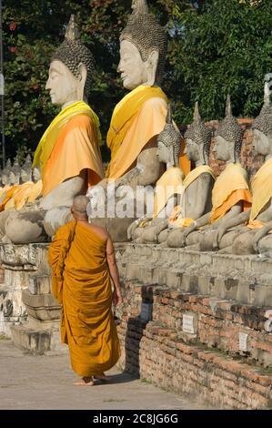 Monkw bouddhiste qui s'alkking dans le Temple de Wat Yai Chai Mongkol, Ayutthaya, Parc historique d'Ayutthaya, Thaïlande, Asie du Sud-est, Asie