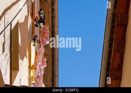 Vêtements lavés suspendus sur la façade d'une maison dans Une rue étroite à Grenade