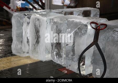 Blocs de glace géants pour une utilisation dans un marché de poissons. Banque D'Images