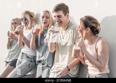 Groupe de jeunes qui s'amusent et commettant des potins Banque D'Images