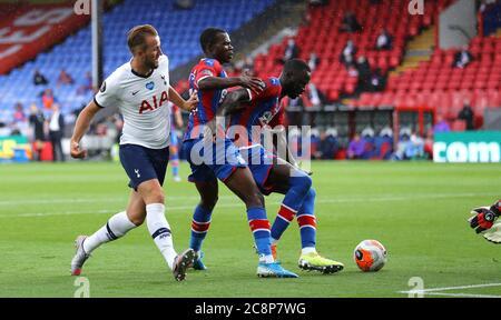 Harry Kane (à gauche) de Tottenham Hotspur tente un tir sur le but lors du match de la Premier League à Selhurst Park, Londres. Banque D'Images