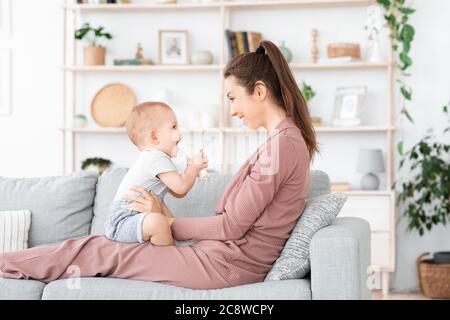 Famille heureuse et aimante. Mère et son bébé garçon jouant à la maison