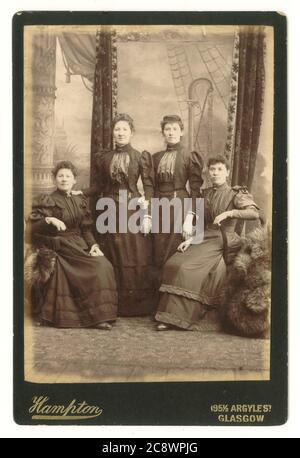 Carte victorienne de quatre femmes éventuellement liées, avec toile de fond élaborée, vers 1894, Hampton studio, Argyle St. Glasgow, Écosse, Royaume-Uni