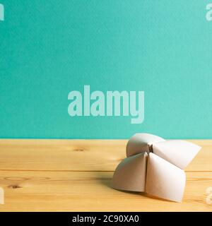 Origami fortune Teller sur table en bois avec espace vert copie. Concept d'équilibre des opportunités de choix de vie Banque D'Images