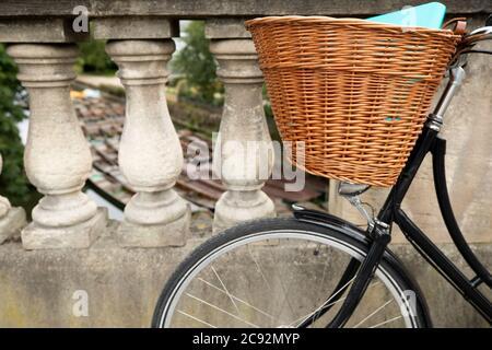 Vélo à l'ancienne sur le pont de Magdalen au-dessus de la rivière Cherwell à Oxford avec des pintes amarrées en arrière-plan