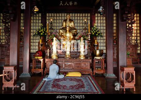 Khai Doan King honore la pagode. Homme priant. Buon Me Thuot. France.