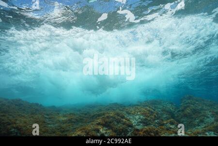 Vague de mer se brisant sur la roche sous la surface de l'eau, mer Méditerranée Banque D'Images