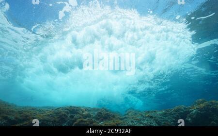 Vague sous-marine se brisant sur le rocher sous la surface de l'eau, mer Méditerranée Banque D'Images