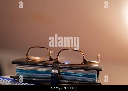Paire de lunettes de lecture reposant sur une reliure en cuir organiseur personnel