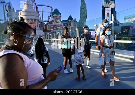 Las Vegas, Nevada, États-Unis. 30 juillet 2020. Les gens portent des revêtements de visage lorsqu'ils se promènent sur le Strip de Las Vegas le 30 juillet 2020 à Las Vegas, Nevada. L'État a un visage obligatoire couvrant la politique en vigueur pour toute personne dans n'importe quel espace public. Crédit : David Becker/ZUMA Wire/Alay Live News Banque D'Images