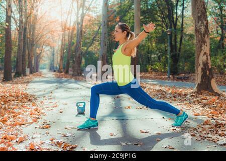 Woman stretching dans le parc.