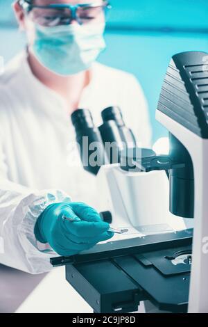 Examen d'un échantillon bactérien au microscope.