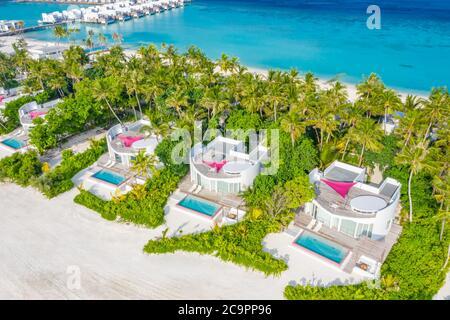 Paysage aérien parfait, complexe tropical de luxe ou hôtel avec villas d'eau et beau paysage de plage. Vue imprenable sur les oiseaux aux Maldives, paysage