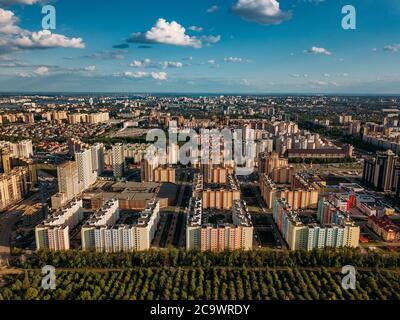 Quartier résidentiel moderne à Voronezh, vue aérienne de drone en été