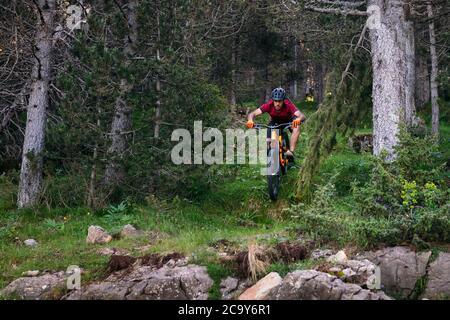 homme faisant un vtt descendant dans une forêt, concept de sport et un mode de vie sain
