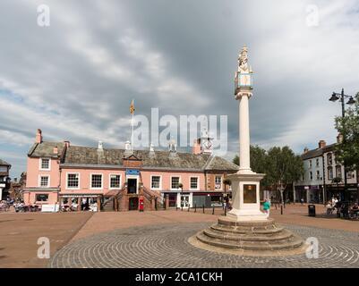 La croix de marché à Carlisle place du marché avec l'ancienne mairie derrière, Cumbria, Angleterre, Royaume-Uni