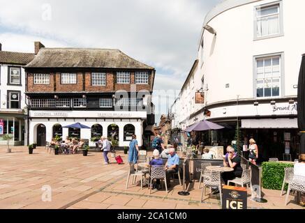Les gens assis à l'extérieur d'un café dans la place du marché du centre-ville de Carlisle, Cumbria, Angleterre, Royaume-Uni