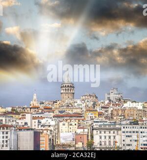 La tour de Galata et Istanbul ville au coucher du soleil.