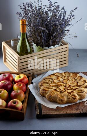 Tarte aux pommes et pommes. Gâteau rond fait maison. Pâte simple à base de pâte à croûte courte et pomme caramélisée. Pâtisseries sucrées. Encore la vie avec la lavande