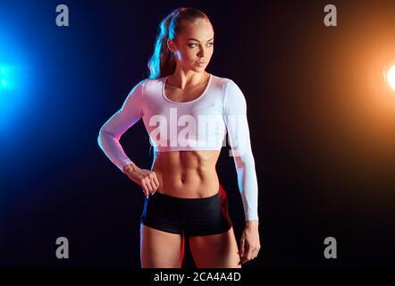 magnifique femme bodybuilder montrant qu'il résultat de son entraînement en cross-fit dans le club de bien-être . cliose up photo. entraîneur personnel Banque D'Images