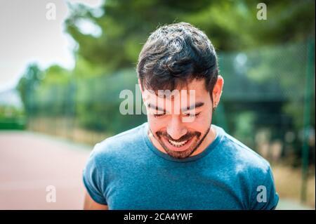 Portrait d'homme barbu au parc
