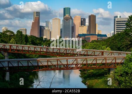 Passerelle surélevée au-dessus de Buffalo Bayou avec vue sur le centre-ville en arrière-plan, Houston, Texas, États-Unis Banque D'Images