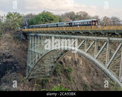 Vue sur le pont au-dessus des chutes Victoria sur le fleuve Zambèze, site classé au patrimoine mondial de l'UNESCO, à cheval sur la frontière de la Zambie et du Zimbabwe, en Afrique