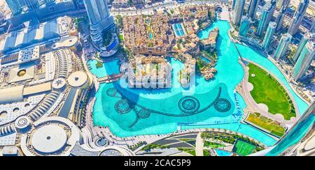 DUBAÏ, Émirats Arabes Unis - 3 MARS 2020 : la vue de Burj Khalifa sur le grand lac Burj avec ses célèbres constructions pour le spectacle des fontaines du soir, le 3 mars à Dubaï