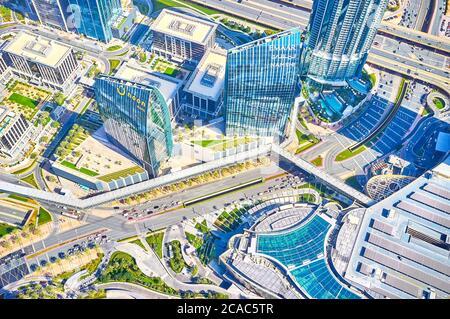 DUBAÏ, Émirats Arabes Unis - 3 MARS 2020 : vue depuis le sommet de Burj Khalifa sur le toit du centre commercial Dubai Mall et ses ponts de la surface des pieds qui s'étendent le long des routes automobiles, sur Ma