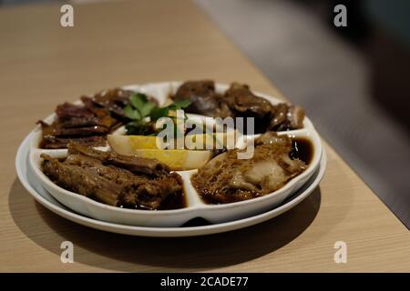 Gros plan sur une table en bois de la combinaison traditionnelle chinoise de viande braisée. Arrière-plan flou