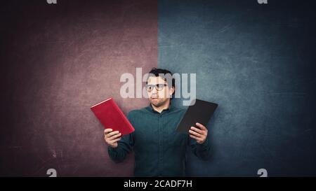 Un étudiant pensif choisit entre un livre traditionnel et une tablette électronique sur un mur divisé avec des côtés rouges et bleus. Concept d'éducation future.