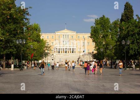 ATHÈNES, GRÈCE -AOÛT 12 2016: Vue de la place Syntagma vers l'ancien palais royal, aujourd'hui le Parlement, à Athènes Banque D'Images