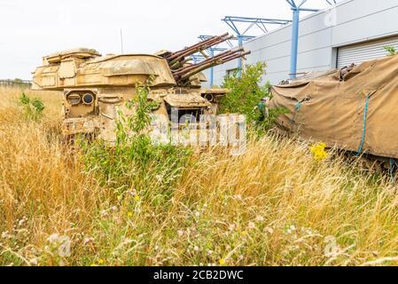 Réservoir de corrosion, pistolet anti-avion soviétique ZSU autopropulsé, au Royaume-Uni. Véhicule de combat blindé, AFV, en herbe longue. Vers l'herbe. Sous-croissance excessive