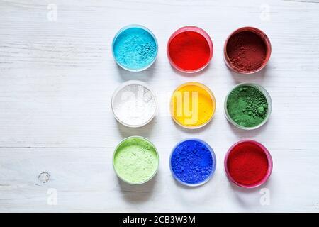 Ensemble de pigments d'art sur fond de bois blanc Banque D'Images