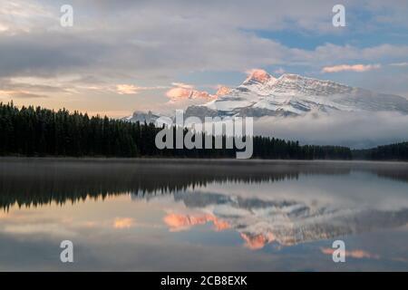 Mt. Rundle se reflète dans deux lacs Jack à l'aube, parc national Banff, Alberta, Canada