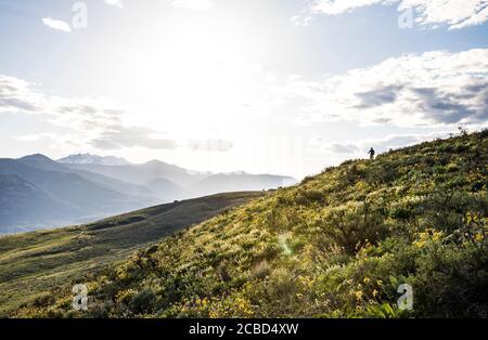 Une femme en montagne faisant du vélo sur une colline à l'extérieur de Winthrop, Washington. Banque D'Images