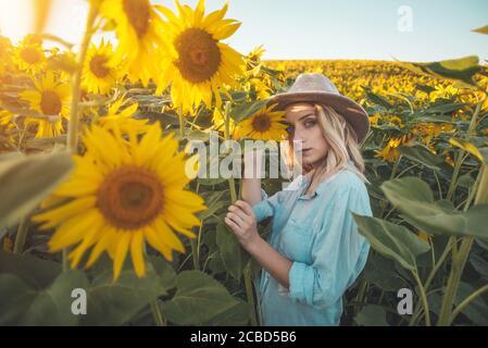 Belle jeune femme dans le champ de tournesol Banque D'Images