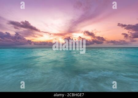 Coucher de soleil incroyable sur la mer. Magnifique paysage océanique, paysage marin reposant, nature tranquille, couleurs vives