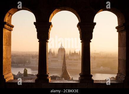 Vue depuis le bastion de Fishermans sur le Danube et le Parlement hongrois à l'aube, Budapest, Hongrie Banque D'Images