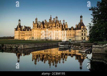 Château de Chambord et douves, Vallée de la Loire, France