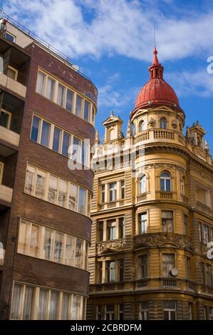 Contraste entre vieille maison historique avec beaucoup de décoration et d'ornements et un bâtiment résidentiel moderne. Hétérogénéité, diversité et variedn Banque D'Images