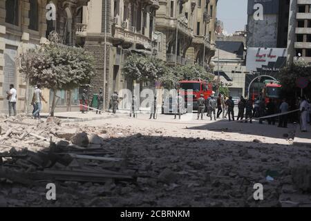 Le Caire, Égypte. 15 août 2020. Le personnel de sécurité garde près du site où un bâtiment s'est partiellement effondré dans le centre-ville du Caire, en Égypte, le 15 août 2020. Quatre personnes ont été blessées lorsqu'un vieux bâtiment de la rue Qasr al-Nile du Caire s'est partiellement effondré samedi, selon des informations. Credit: Ahmed Gomaa/Xinhua/Alamy Live News Banque D'Images