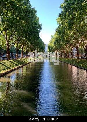 Le canal à Koenigsallee (avenue King).cette rue est célèbre pour ses boutiques de luxe. Düsseldorf, Allemagne