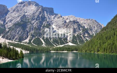 Dans la partie supérieure du lac de Braies, le grand massif de Croda del Becco est une toile de fond naturelle de la vallée Banque D'Images