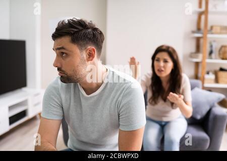 Triste homme en train de discuter couple famille divorce avec la femme