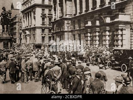 Des foules se rassemblent à Londres, le 4 août 1914, dans l'attente de nouvelles à la suite de l'invasion allemande de la Belgique. Il a suivi l'assassinat de l'archiduc François Ferdinand d'Autriche, héritier présomptif du trône austro-hongrois, à Sarajevo, le 28 juin 1914, par Gavrilo Princip, un serbe bosniaque, qui a finalement mené à la première Guerre mondiale